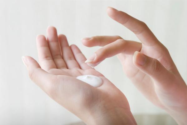 Lấy một lượng gel vừa đủ cho mỗi lần dùng