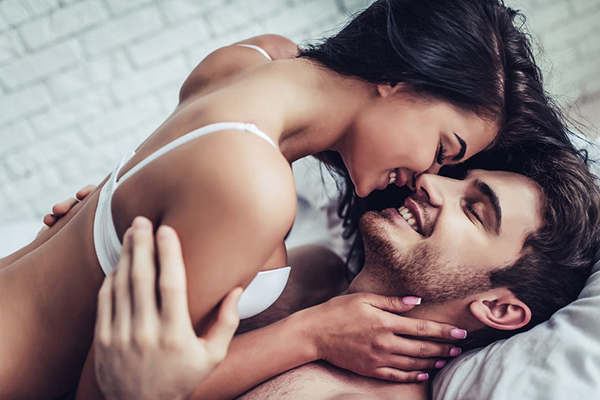 Phụ nữ khi nứng sẽ thường muốn chạm vào những bộ phận nhạy cảm của bạn tình